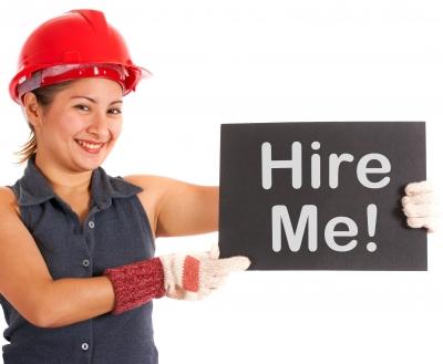 kobieta trzymająca napis zatrudnij mnie